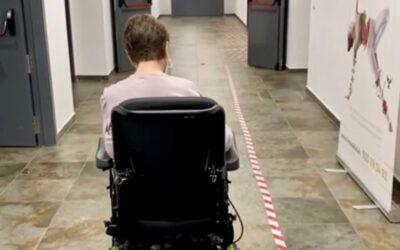 TERAPIA OCUPACIONAL: entrenamiento con silla de ruedas eléctrica adaptada en interior.